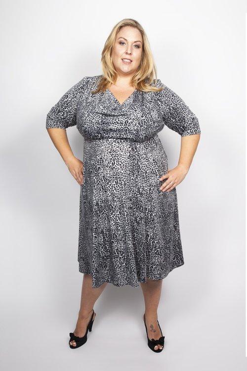 plus size klänning svart leopard modern