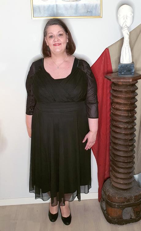 Klänning med omlott i svart chiffong