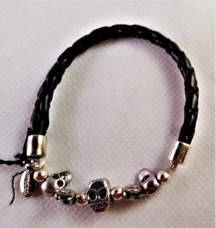 Armband i flätat läder med små dödskallar i metall