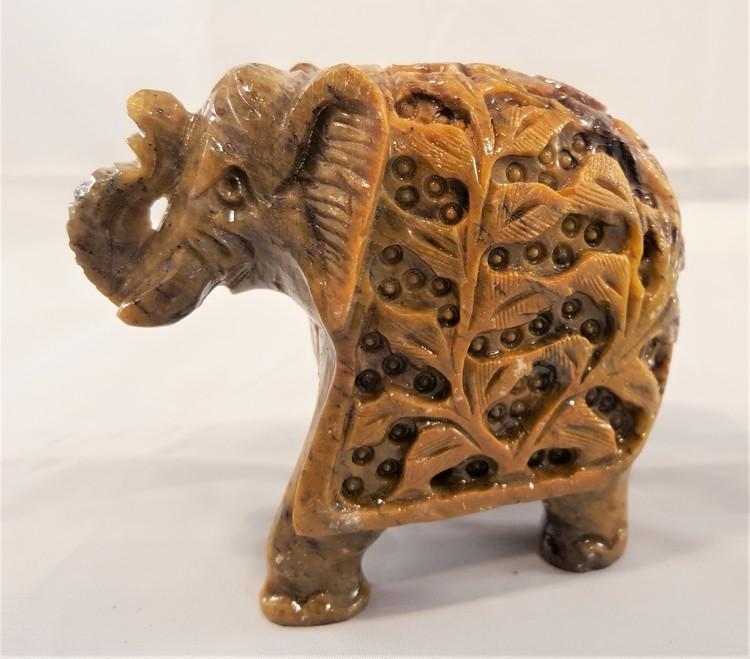 Handgjord uttäljd elefant med en elefant inuti