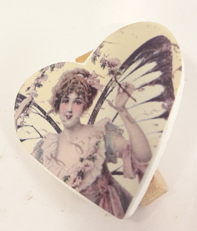 Söt liten ängel i hjärta med klädnypa