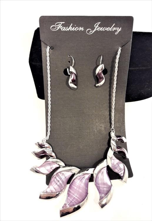 Dekorativt, tungt och vackert lyxhalsband och örhängen med vackra skimrande stenar.
