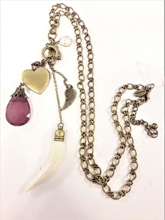 Halsband med detaljer såsom hjärta i bronsfärg