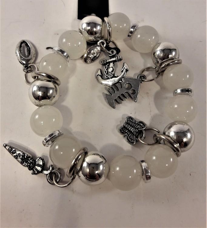 Armband med söta berlocker i vitt och silverfärg