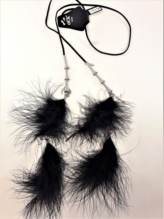 Annorlunda öppet halsband i läder med fjädrar och metalldetaljer, 2 varianter