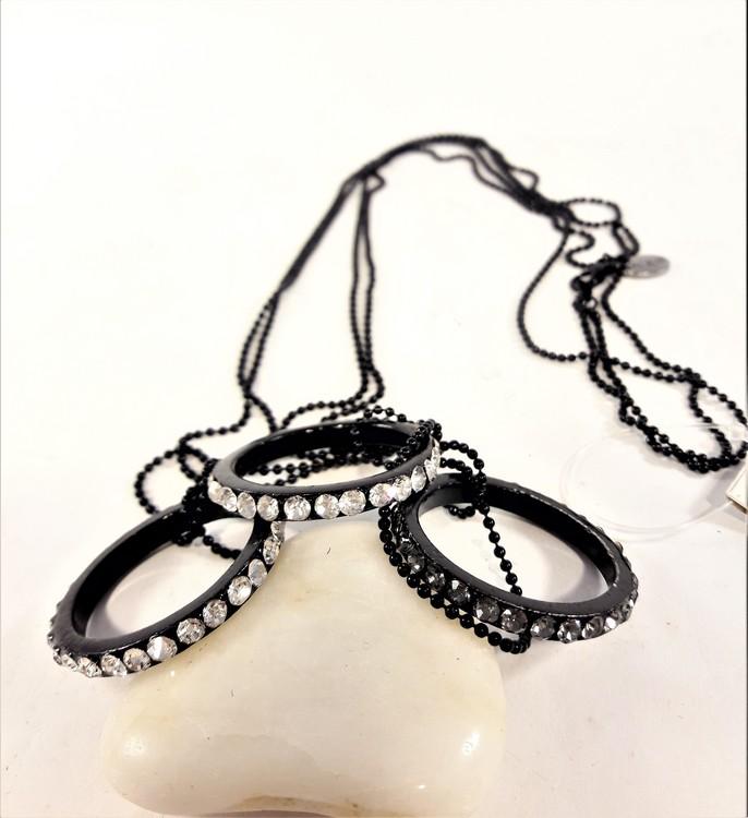 Halskedja av små pärlor och 3 ringar med strass