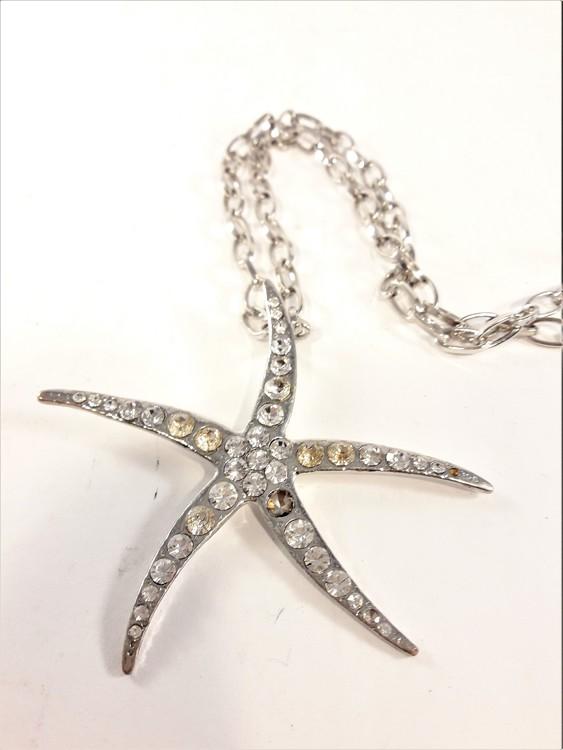 Halskedja med silverfärgad sjöstjärna och strass