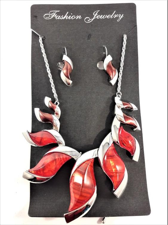 Dekorativt, tungt och vackert lyxhalsband och örhängen med vackra skimrande stenar i rött.