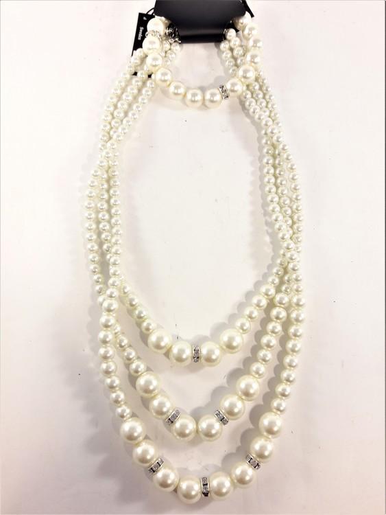 Set med treradigt halsband och armband i vita pärlor med strass