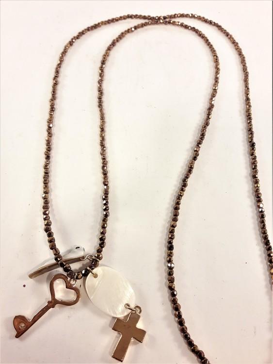 Långt halsband med små pärlor och hänge med guldfärgade detaljer
