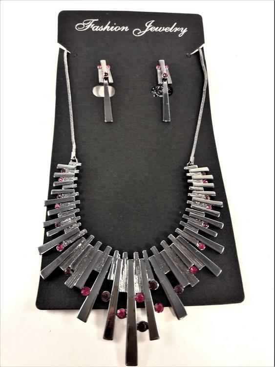 Dekorativt och vackert lyxhalsband och örhängen med vackra skimrande stenar i lila
