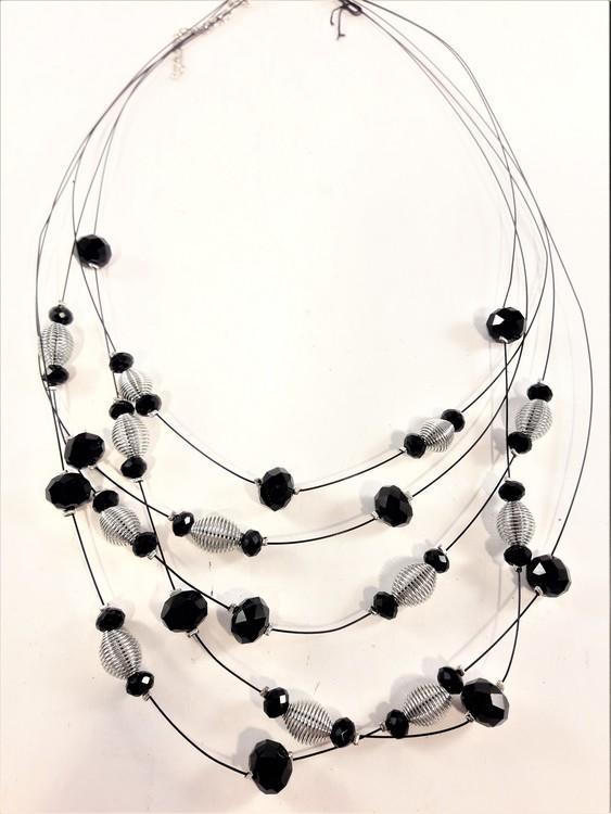 Flerradigt halsband med dekorationer i svart och silverfärg