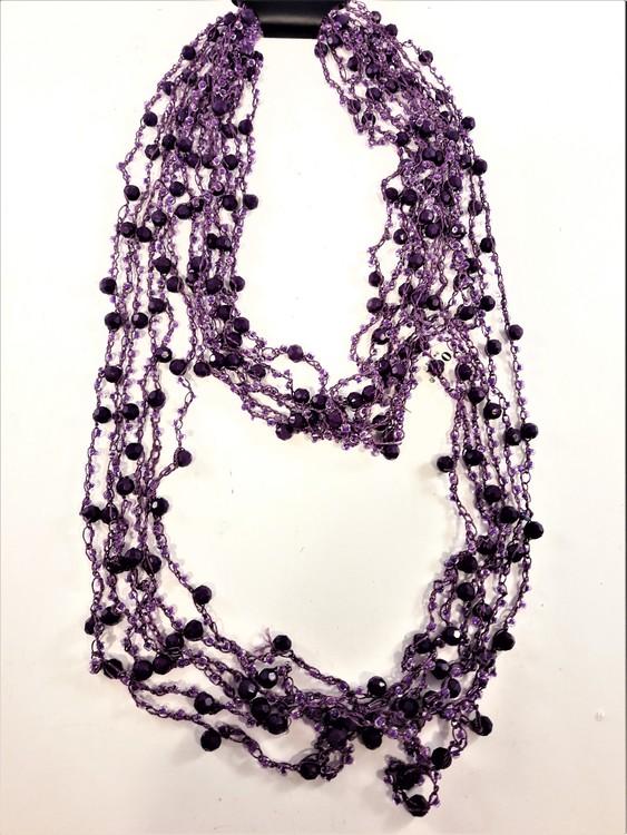 Flerradigt lila halsband med kulor och pärlor