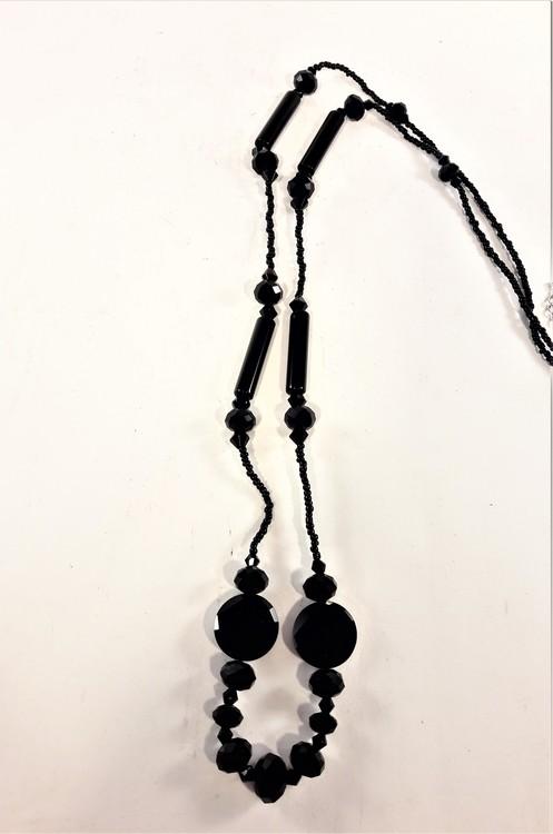 Långt svart halsband med pärlor och facetter