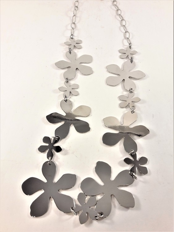 Halskedja med silverfärgade blommor