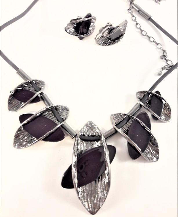 Dekorativt, tungt och vackert lyxhalsband och örhängen med vackra detaljer i mörklila