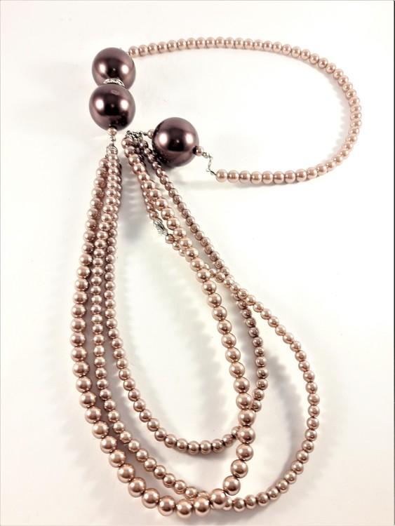Flerradigt halsband med stora och små pärlor i brunt och hjärta med strass