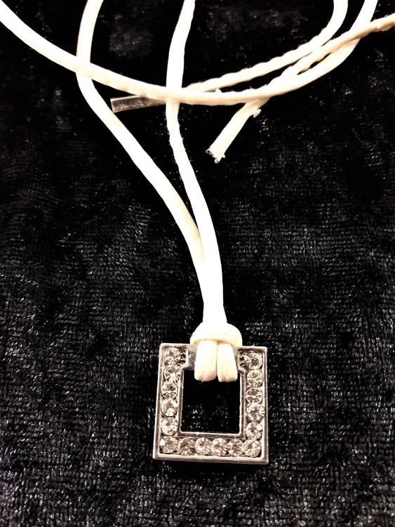 Läderhalsband med strasshänge, vit