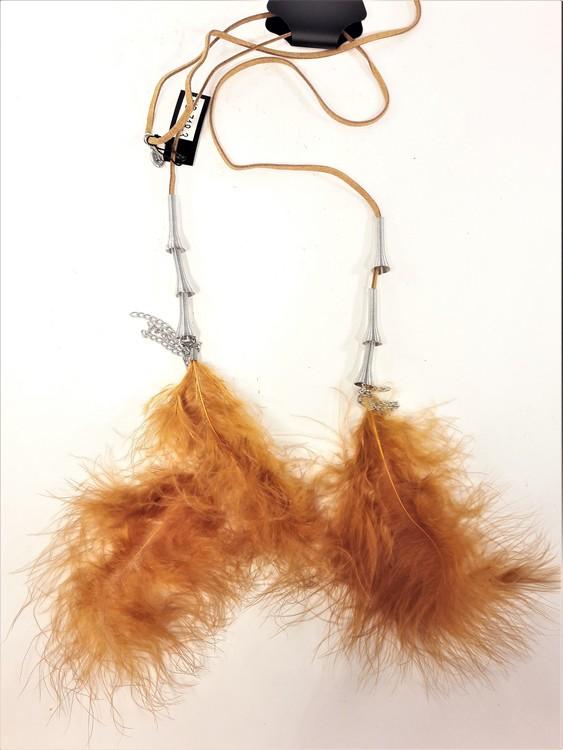 Annorlunda öppet halsband i läder med fjädrar och metalldetaljer, brun