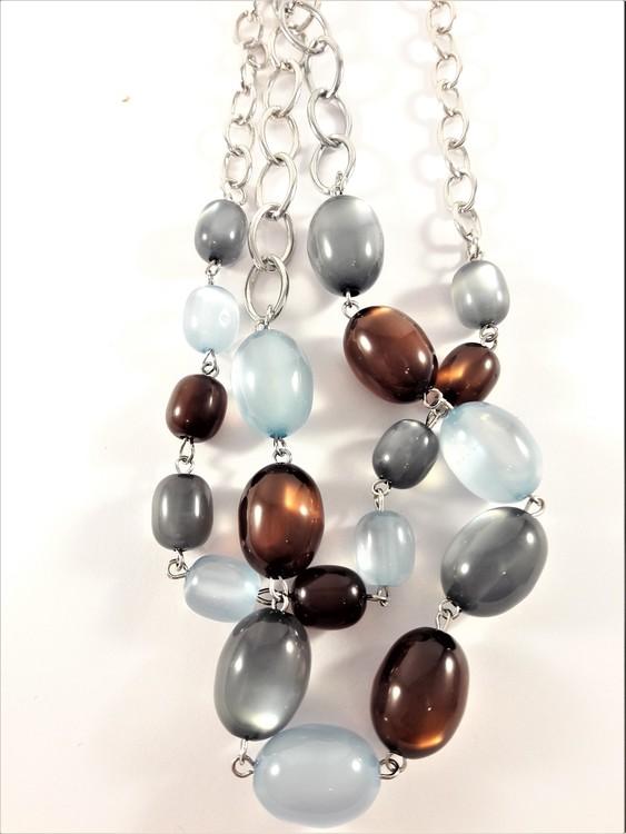 Tvåradig halskedja med dekorationer i brunt, blått och grått