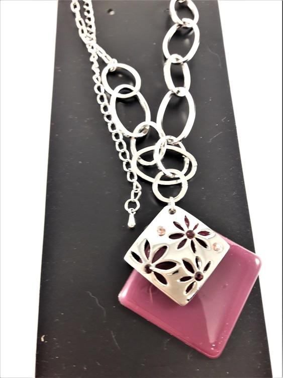 Halskedja med lila och silverfärgat hänge