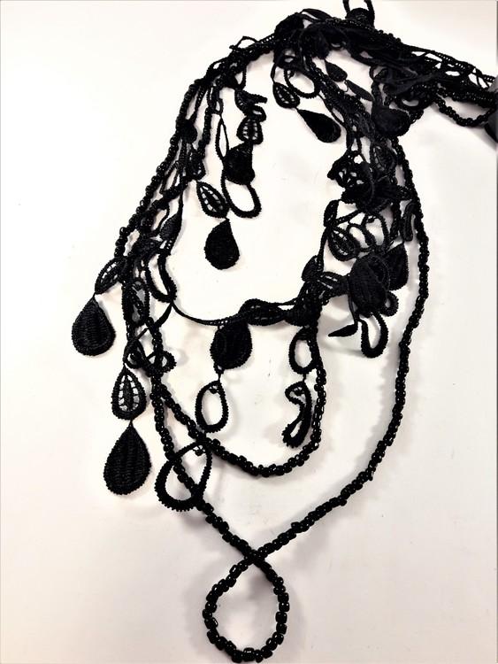 Långt flerradigt svart halsband med små kulor och detaljer i spets