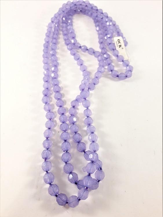 Långt halsband med matta lila plastpärlor