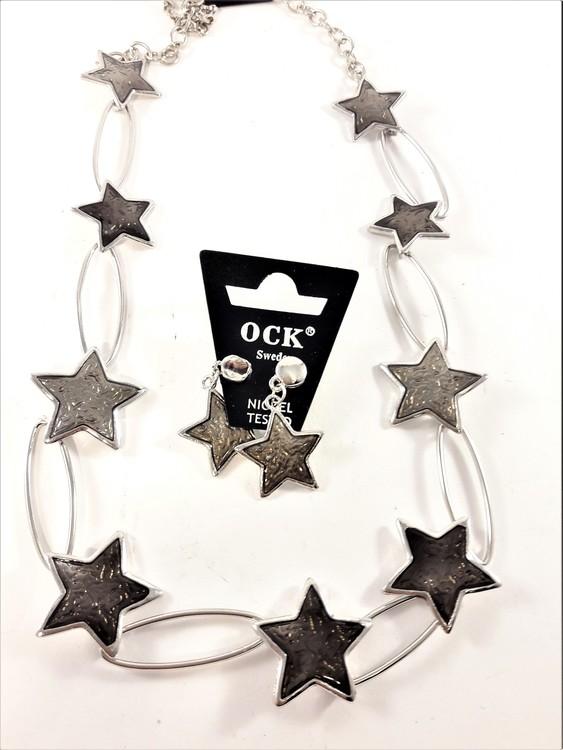 Dekorativt halsband med silverfärgade stjärnor och matchande örhängen