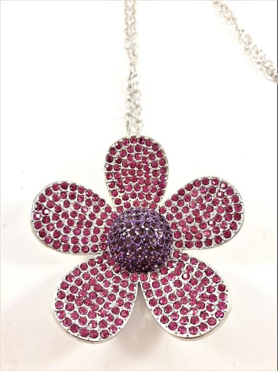 Halskedja med stor glittrande blomma som hänge, lila