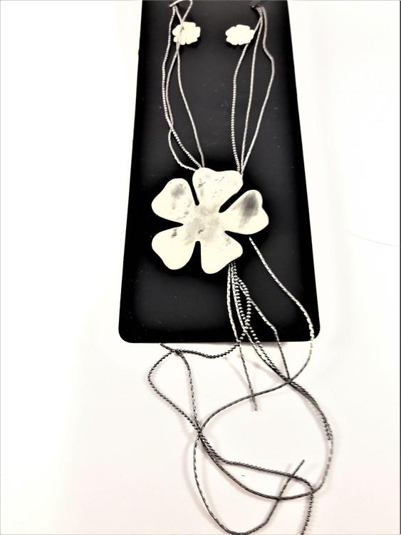 Halskedja med silverfärgat hänge som blomma och kedjor och matchande örhängen