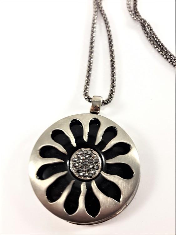 Snygg silverfärgad halskedja med blomformat hänge med sten och strass
