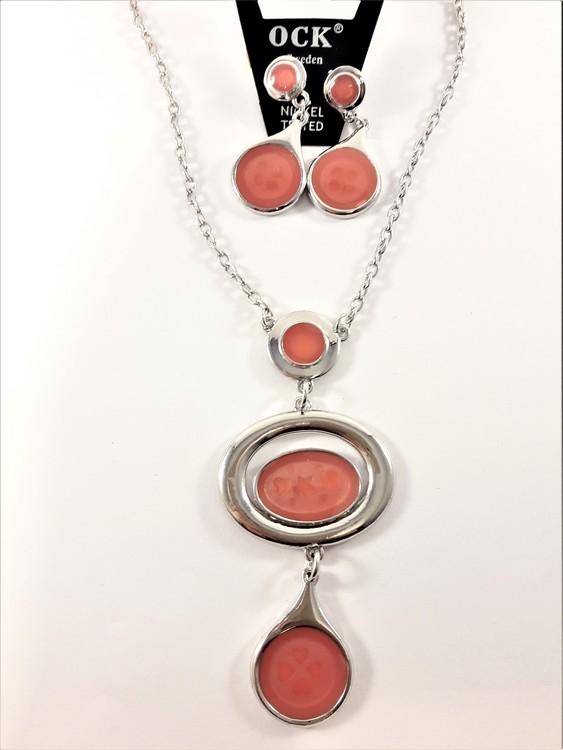 Fin halskedja och matchande örhängen med silverfärgade ovaler, rhodium, med emalj och mönster av rosa hjärtan