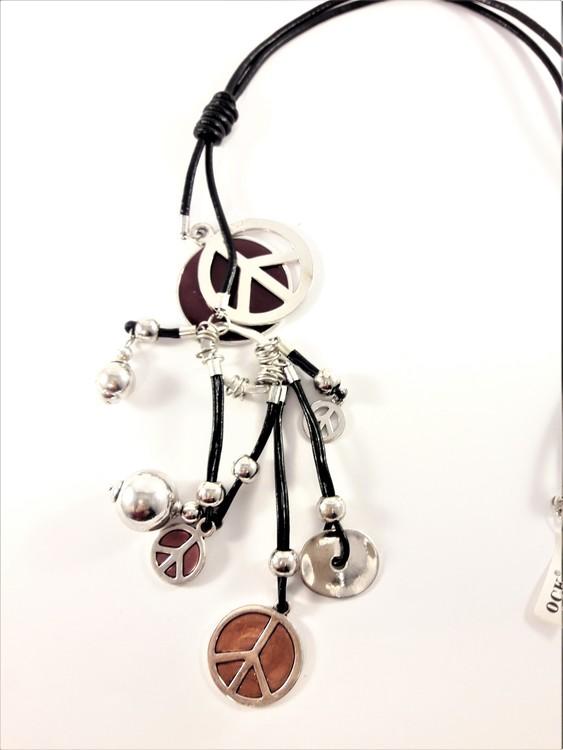 Halsband med läderrem och flera silverfärgade detaljer, peacemärke m.m.