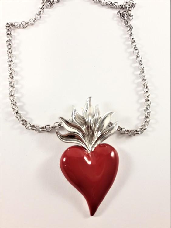 Silverfärgad halskedja med rött hjärta