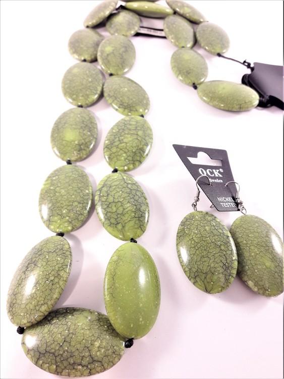 Halsband och matchande örhänge med stora polerade stenar, grönt