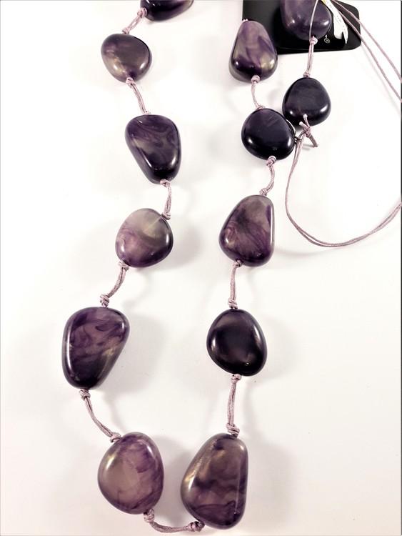 Halsband med lila stenar