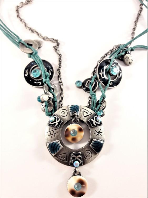 Flerradigt halsband med många fina detaljer och glittrande stenar, blå