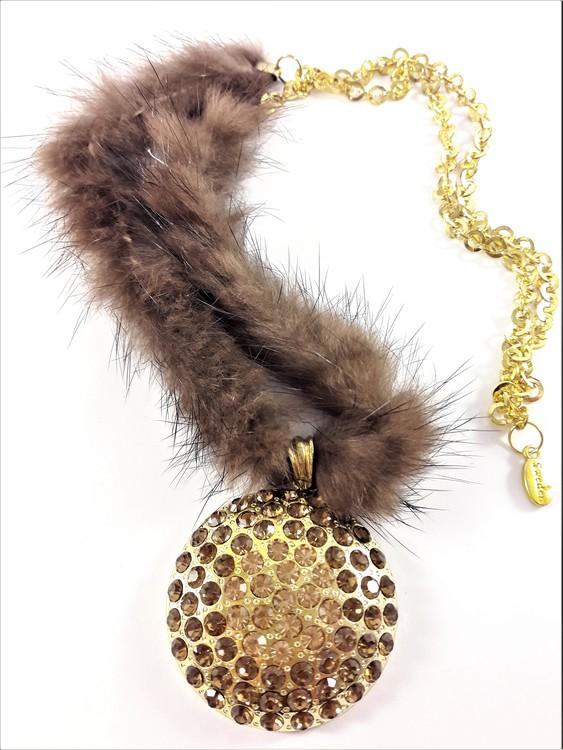 Fint guldfärgat halsband med kedja, päls och en strassprytt runt hänge