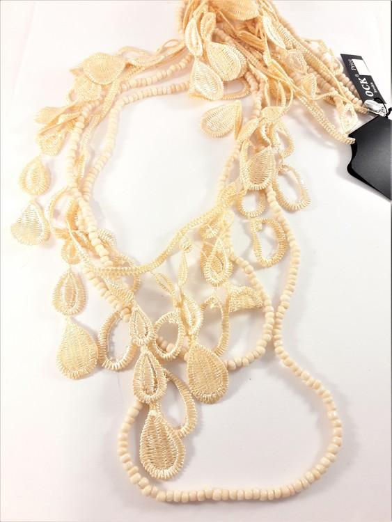Långt flerradigt aprikosfärgat halsband med små kulor och detaljer i spets