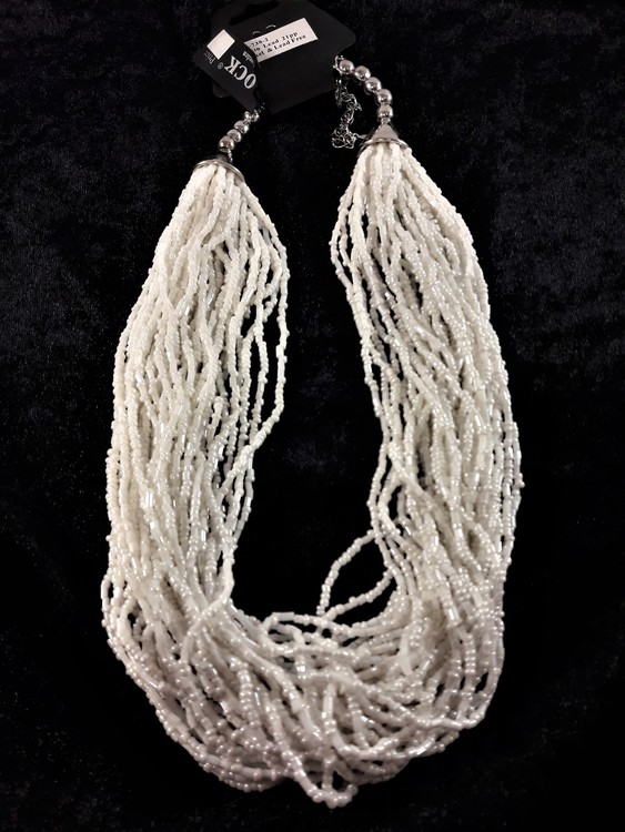 Flerradigt halsband med små, vita pärlor