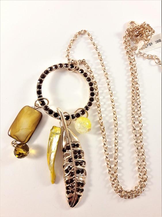 Halskedja med flera guldfärgade detaljer med gnistrande strass