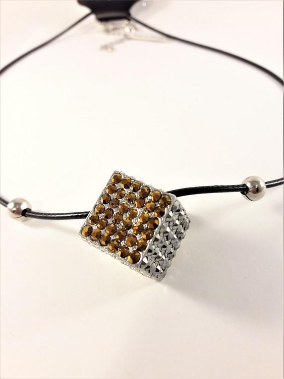 Halsband i läder med strassprydd kub som hänge