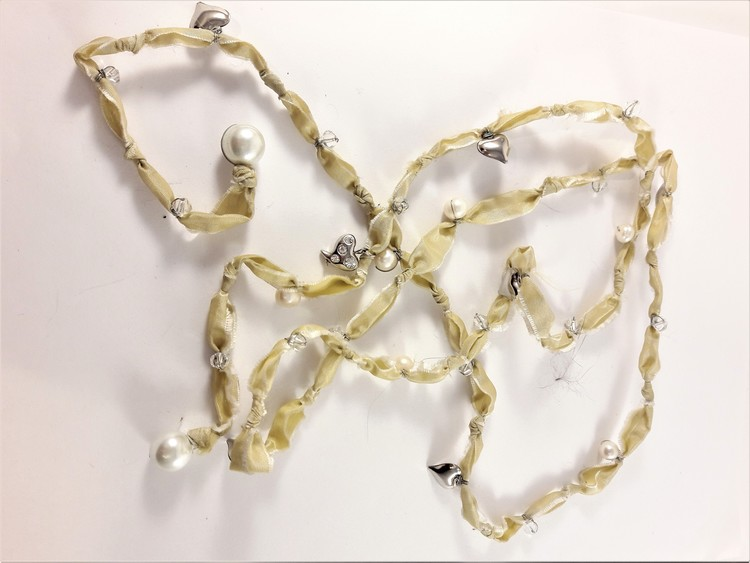 Annorlunda öppet halsband i tyg med pärlor och hjärtan, vit