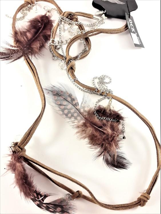 Halsband med mockarem, kedja, kulor och hänge med fjädrar i brunt