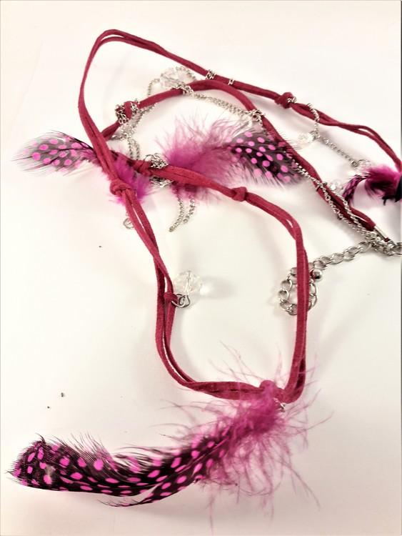 Halsband med mockarem, kedja, kulor och hänge med fjädrar i rosa