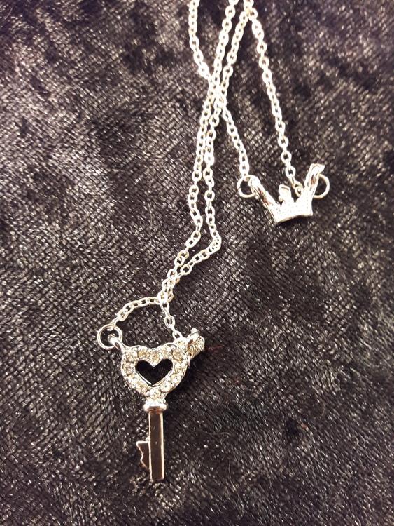 Söt tvåradig halskedja med en liten krona, nyckel och strass