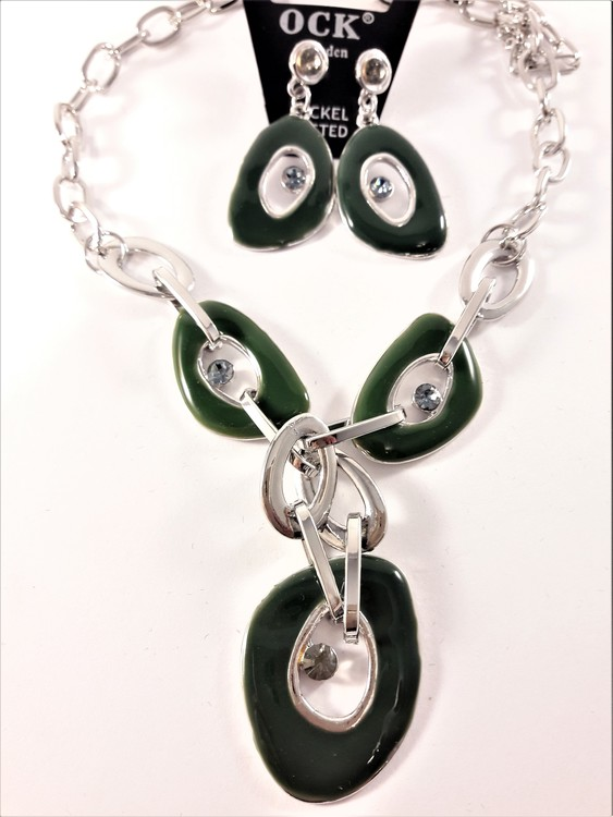 Halsband med gröna melerade ringar samt matchande örhängen