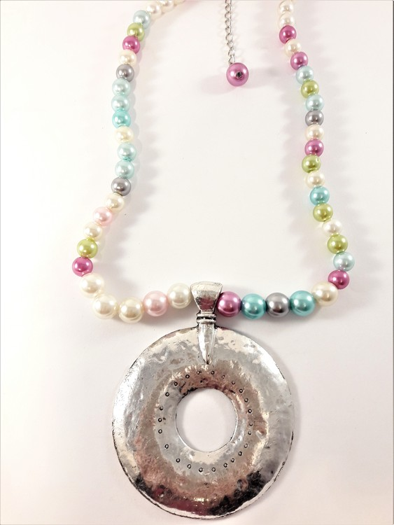 Halsband med pärlor i många färger och silverfärgat hänge hamrad metall