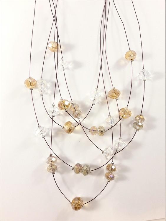 Flerradigt halsband med dekorationer i brunt