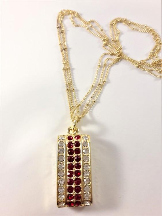 Flerradigt halsband med hänge av strasspärlor i guldfärg, rött och vitt